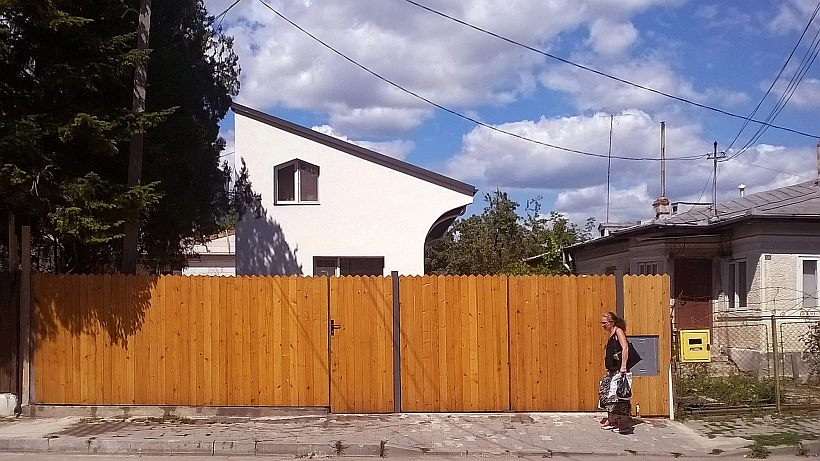 Abruptarhitectura: A house with wide eave in Mizil