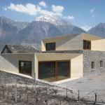 Inradacinare intr-un peisaj. Extinderea unei case din Alpii elvetieni
