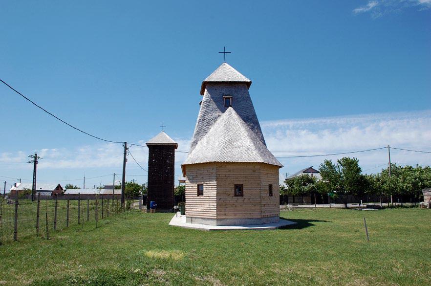 40 Abruptarhitectura O biserică  și clopotniţa ei