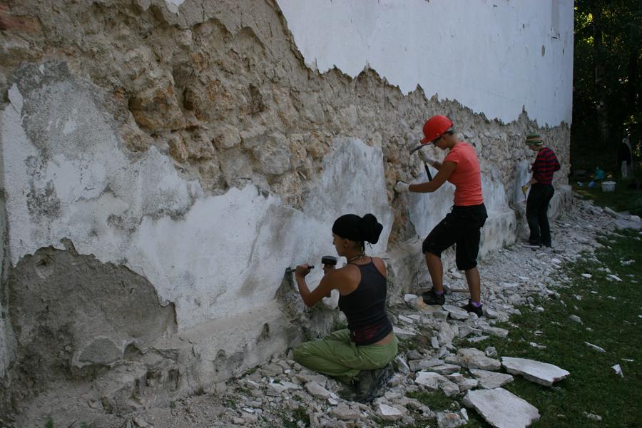 Inlaturarea tencuielilor cu ciment de pe zidurile bisericii unitariene