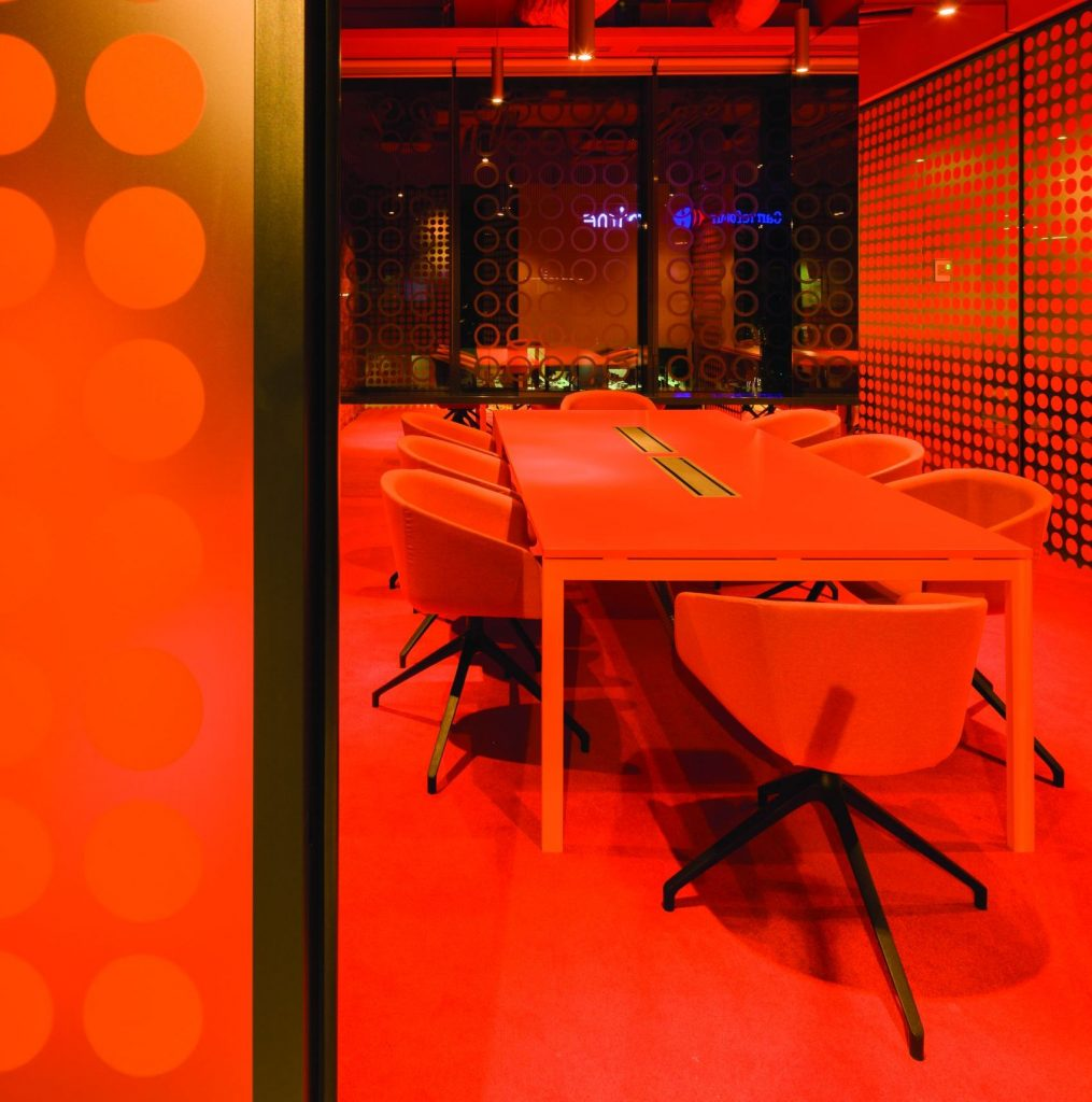 15_orange-meeting-room_acasa-vs-poveste-crop