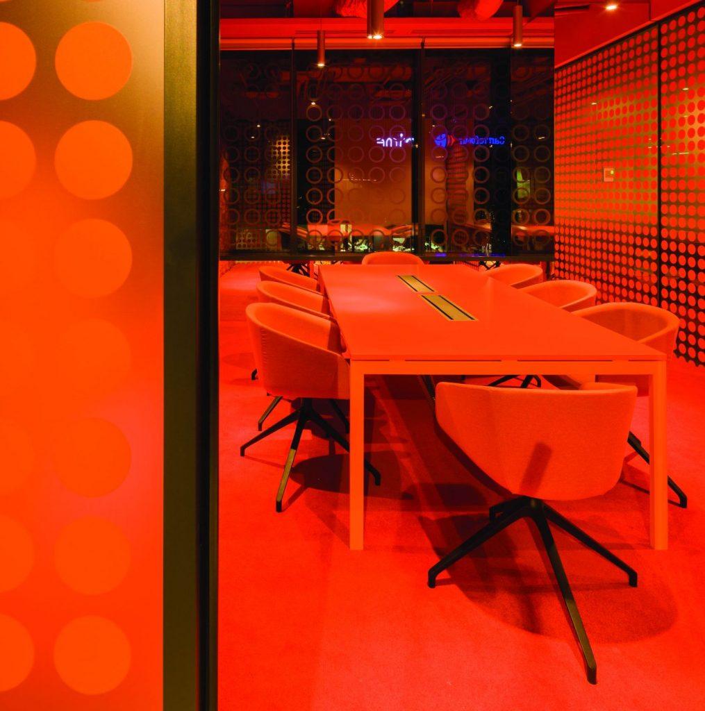 15_orange-meeting-room_acasa-vs-poveste-crop